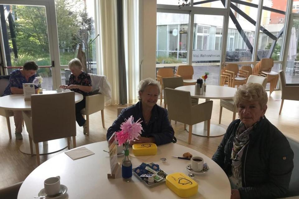 De eerste gele dozen zijn afgehaald in de cafetaria van lokaal dienstencentrum Stede Akkers.