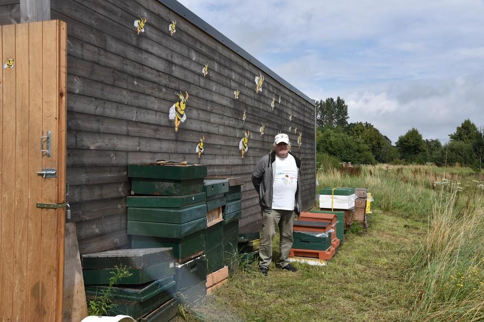 Voorzitter Baudouin Maricou bij de nieuwe bijenhal.