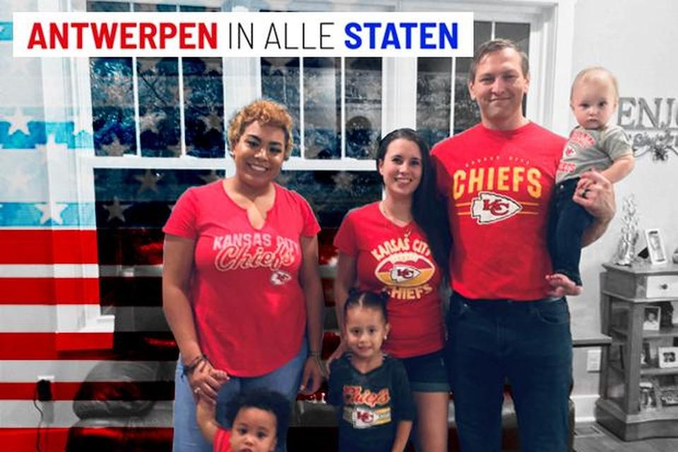 Emma Rose Lyons (centraal) met haar man Matthew, hun oudste zoon  Connor, haar twee adoptiekindjes Elijah en Rose en hun biologische moeder Tania. Het gezin is grote fan van het American Football Team Kansas City Chiefs.