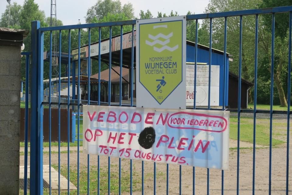 De hoofdingang tot de terreinen van K. Wijnegem VC. Nu is het er rustig, maar dit najaar volgt een dubbel feest.