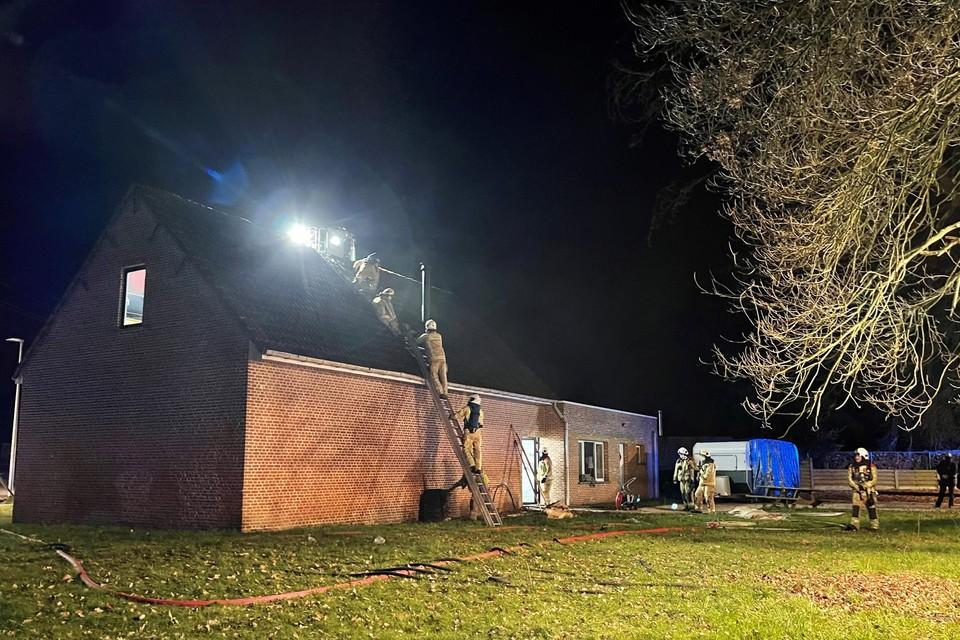 De brandweer had veel werk om de laatste smeulende resten uit het dak te halen.