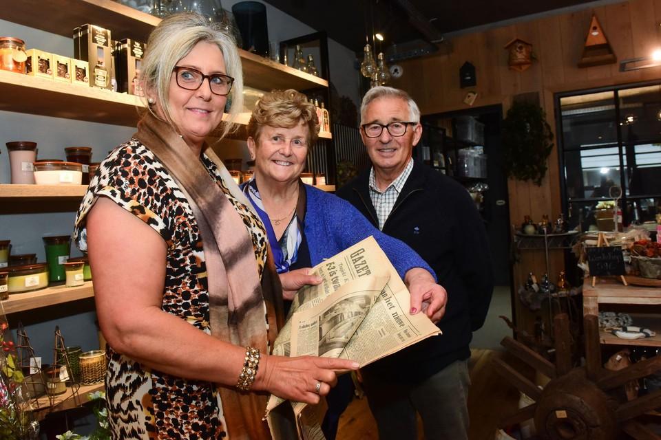 Annemie Proost en haar ouders met de krant van 50 jaar geleden.