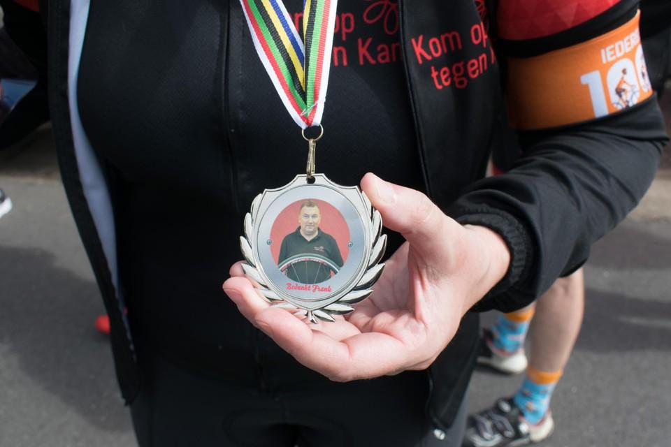 De betreurde Frank Dams werd geëerd met een medaille.