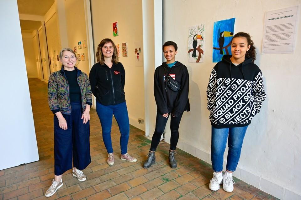 Galeriehoudster Anne Van Dyck, Kras-jeugdwerkster Tine Coeckelbergs en 13-jarige kunstenaressen Testimony Pauwels en Marvellous Snoeys bij hun schilderijen van Toekans.