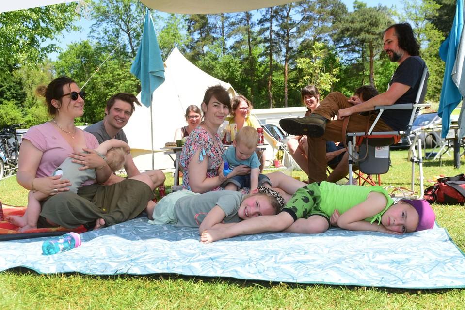 Een familie kampeert op camping De Zeven Geitjes in Vorselaar
