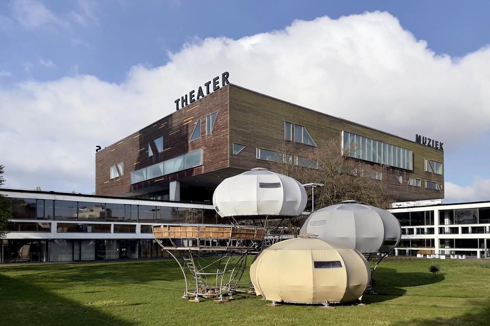 In de binnentuin van De Singel staan nu tenten van beeldend kunstenaar Dré Wapenaar. In juni vinden er concertjes plaats.