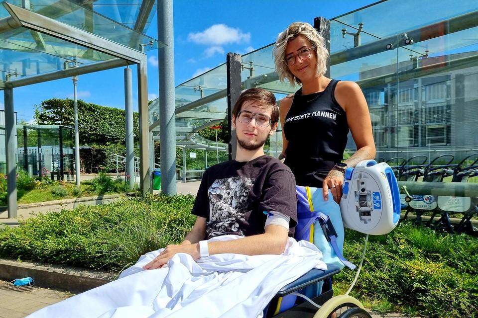 Yanni, hier met mama Debby, verblijft al sinds het ongeval in het UZA en blijft wellicht nog enkele weken gehospitaliseerd.