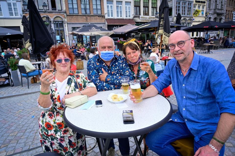Wiske (75), Werner (58), Pascale (61) en Lorenzo (66) genieten met volle teugen, ondanks de drukte.