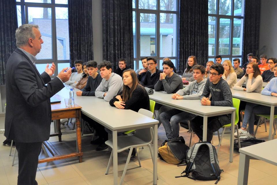 """De burgemeesters van Sint-Niklaas en Lokeren maken zich nog geen zorgen: """"Nu de scholen weer open zijn, zijn de jongeren beter bereikbaar om zich te laten motiveren voor een coronaprik."""""""