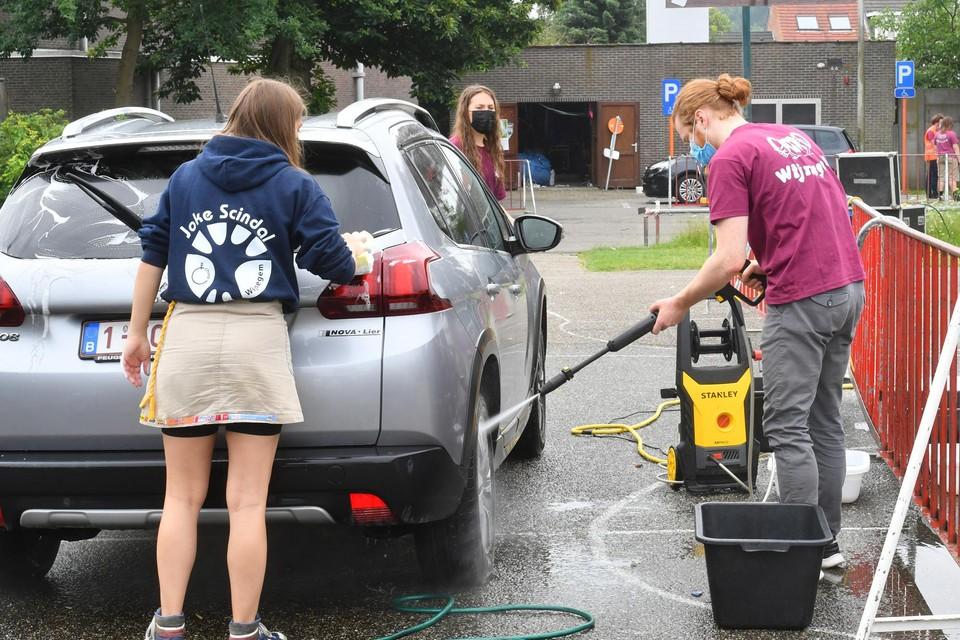 Onder meer met een carwash werd in juni geld ingezameld voor het Hongarije-kamp.