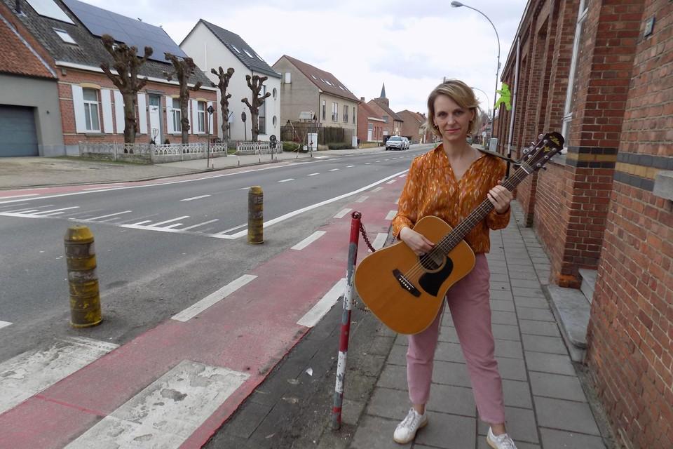 Hanneke Claessen uit Wechelderzande heeft een lied gemaakt over de cucuzi-gekte in haar dorp. De zangeres kreeg al complimenten van Guido Belcanto.