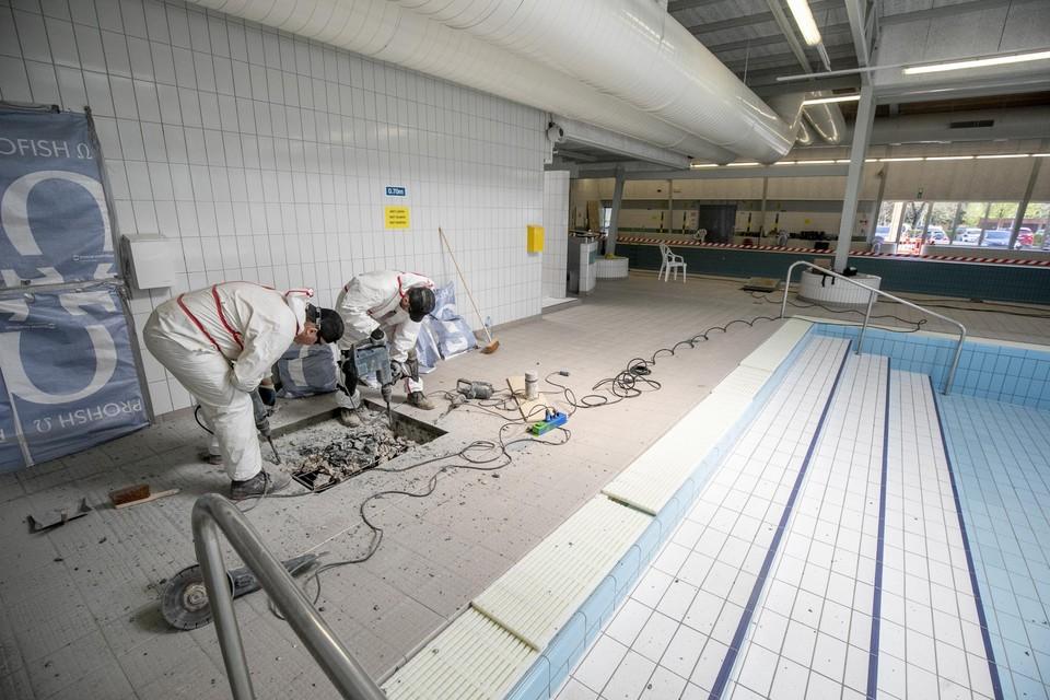 De gespecialiseerde firma is klaar, nu kan het bad opnieuw gevuld worden.
