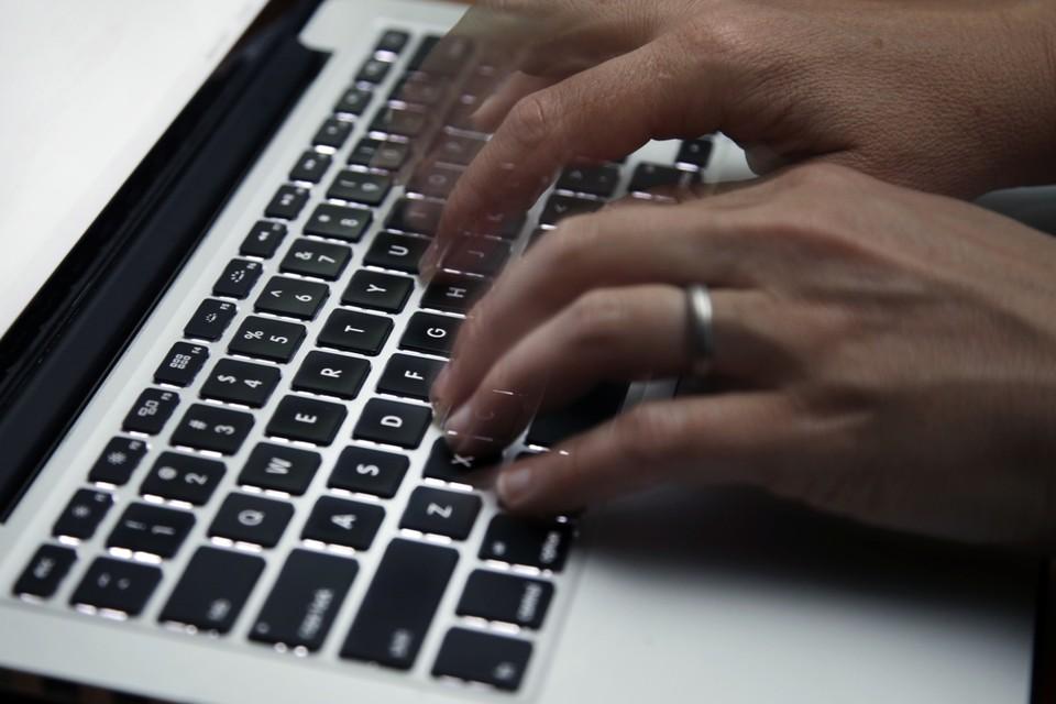 Deelbaar Mechelen helpt om de laptops gebruiksklaar te maken.