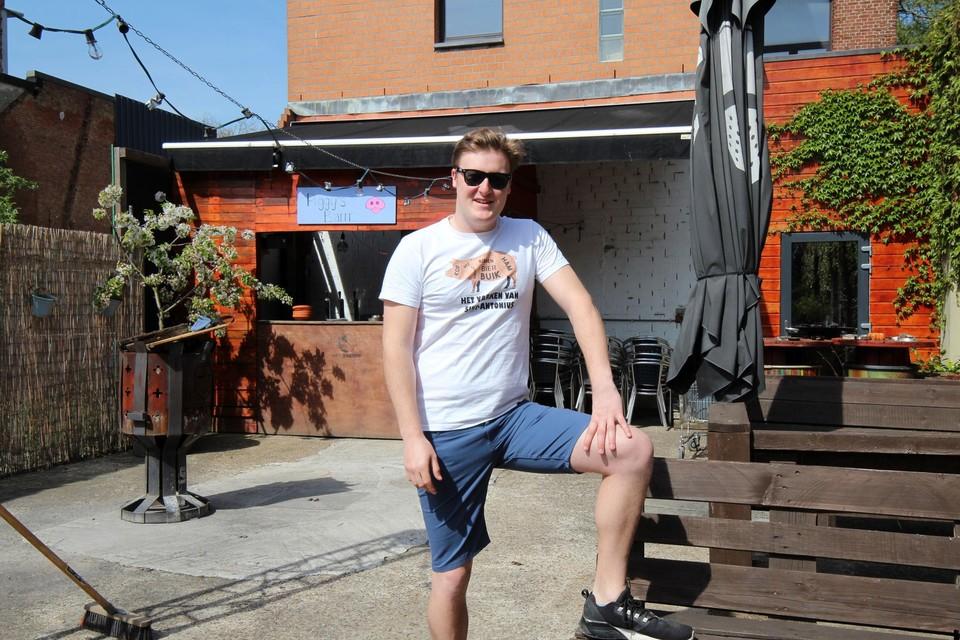 Wannes Buelens op het terras van jeugdhuis Het Varken.