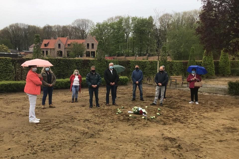 Een aantal nabestaanden van overledenen wiens graf werd ontgraven, legden symbolisch een krans neer op de ontruimde zone.