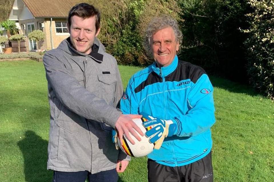 Jean-Marie Pfaff overhandigt een bal en keepershandschoenen aan Glenn Smolderen uit Lille. De items worden op de online veiling aangeboden voor de actie Steun Glenn.