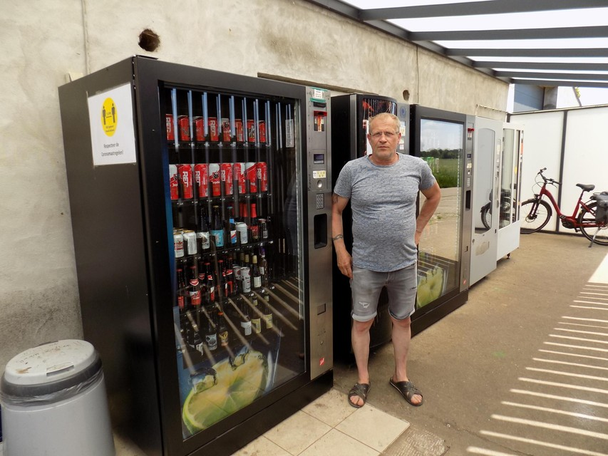 Bioboer Joris Willems staat bij een van zijn drankautomaten aan zijn boerderij in Poederlee. Hij heeft een advocaat onder de arm genomen om de beslissing van de gemeente aan te vechten.