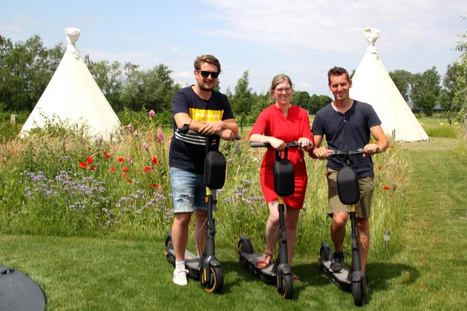 Ben, Nicky en Joris poseren met enkele elektrische steps bij de tipi's van Landgoed Omorika.