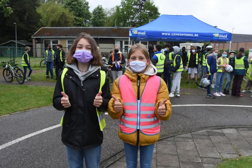 Lisse Jansen en Anna Kell zijn enthousiast na hun fietsexamen.
