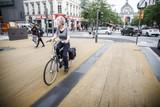 thumbnail: De okerkleurige ondergrond is al getekend door zwarte strepen van fietsbanden.