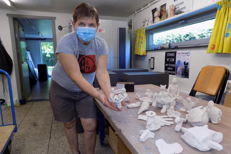 Kunstenares Anita Fleerackers uit Gierle toont enkele werken uit klei die creatievelingen tijdens de coronacrisis hebben gemaakt.