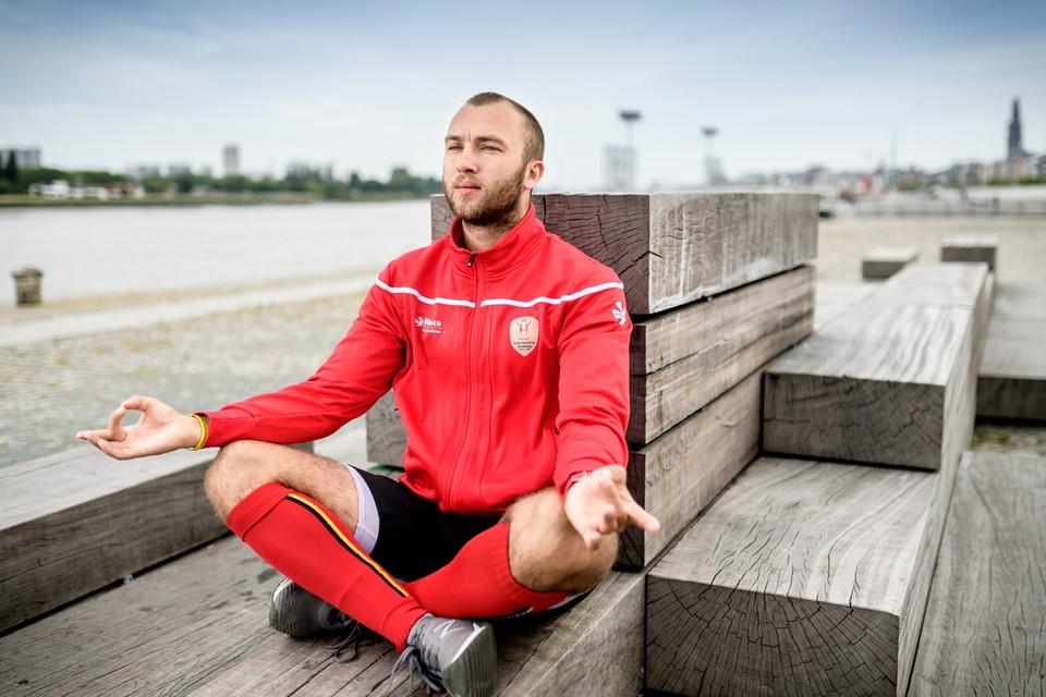 Emmanuel Stockbroekx mediteert aan de Scheldekaaien in Antwerpen.