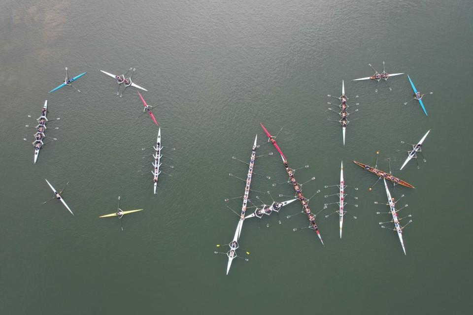 Roeiboten vormen de letters van The Oar, vanuit de lucht met een drone gefotografeerd.