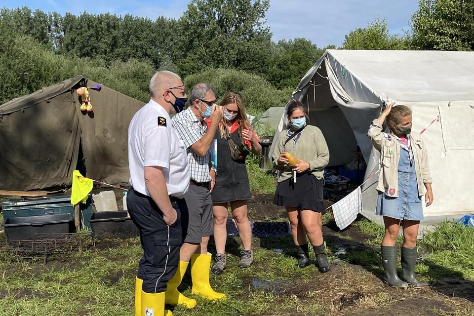 Brandweercommandant Noyens, schepen Rudy Willems en enkele meisjes van de scoutsleiding van Lokeren bij de tenten. Zondagnamiddag is het kamp opgebroken.