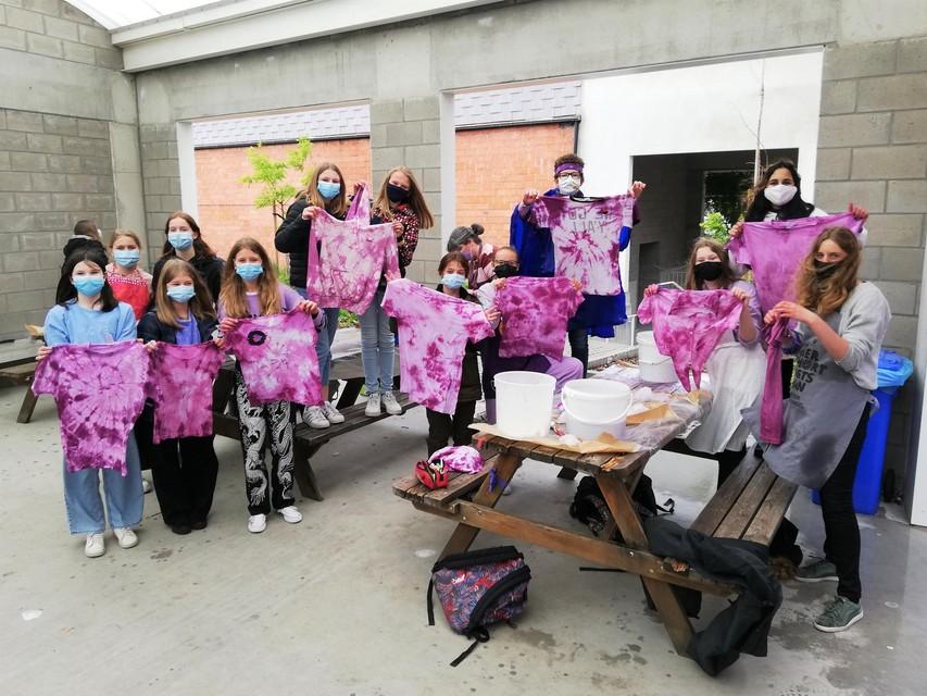Tijdens een workshop batikken kleurden de leerlingen hun T-shirts paars.