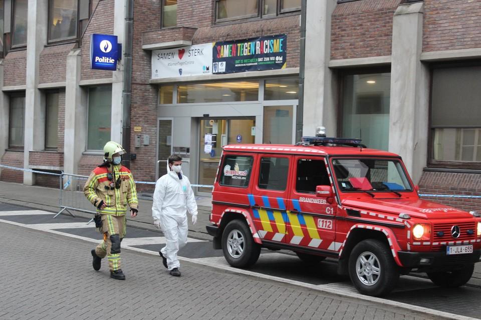 De brandweer en civiele bescherming kwamen ter plaatse om het pakket met poeder te onderzoeken.