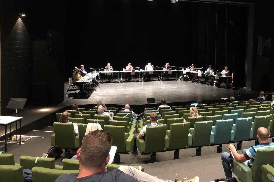 De gemeenteraad gaat soms door in CC Ter Vesten en soms in de nieuwe raadzaal.