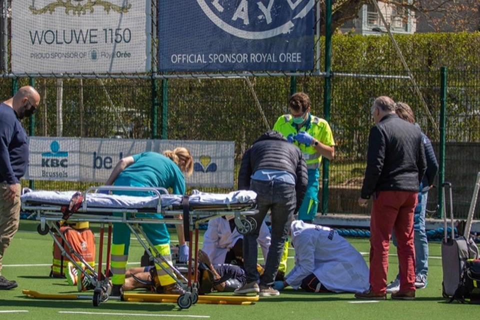 Emmanuel Stockbroekx wordt afgevoerd na zijn botsing tegen Max Lootens van Dragons. Een zware hersenschudding en een bloeding in het hersenvlies waren het gevolg.