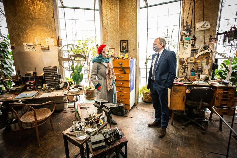 Panamarenko's weduwe Eveline Hoorens (links) en minister Matthias Diependaele in de woonkamer annex werkkamer van de Antwerpse kunstenaar.