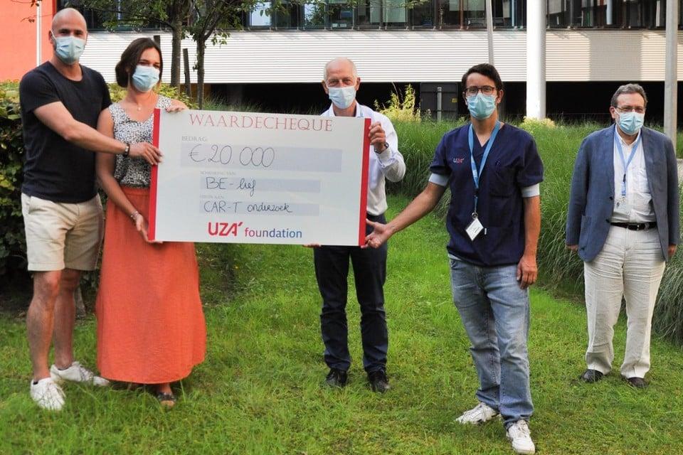 Grace Imbrechts und ihr Bruder Glenn übergaben den Scheck aus dem BE-lief an die Ärzte Sebastian Engel, Zoe Bernmann und Jonny van der Straiten, Geschäftsführer der UZA.