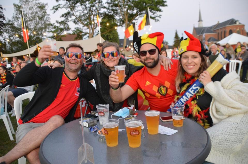 Supporters op het Sint-Teunisplein in Sint-Antonius.