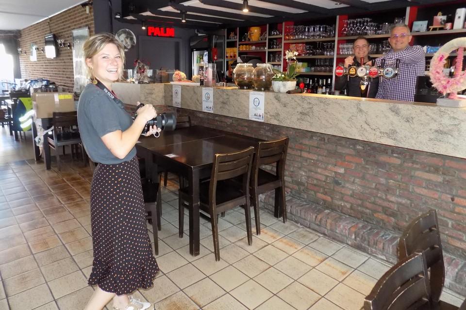 Toni Van Tendeloo legt Kurt Laenen en Ive Rénaarts van schlagercafé De Kroon op de gevoelige plaat. De fotografe brengt alle cafébazen uit Lille in beeld.