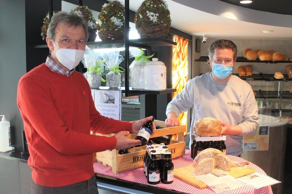 Geert Cloet en Nick Peeters stellen trots het nieuwe brood Offendonker voor.