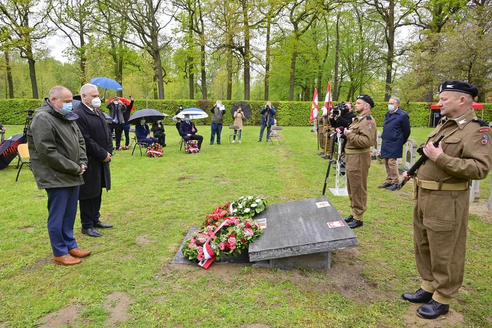 Antwerps schepen Fons Duchateau huldigt samen met de Poolse consul-generaal Jacek Grabowski het monument voor de Poolse soldaten in.