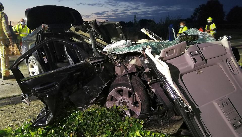 De brandweer moest de auto openknippen om de vrouwelijke passagier te bevrijden.