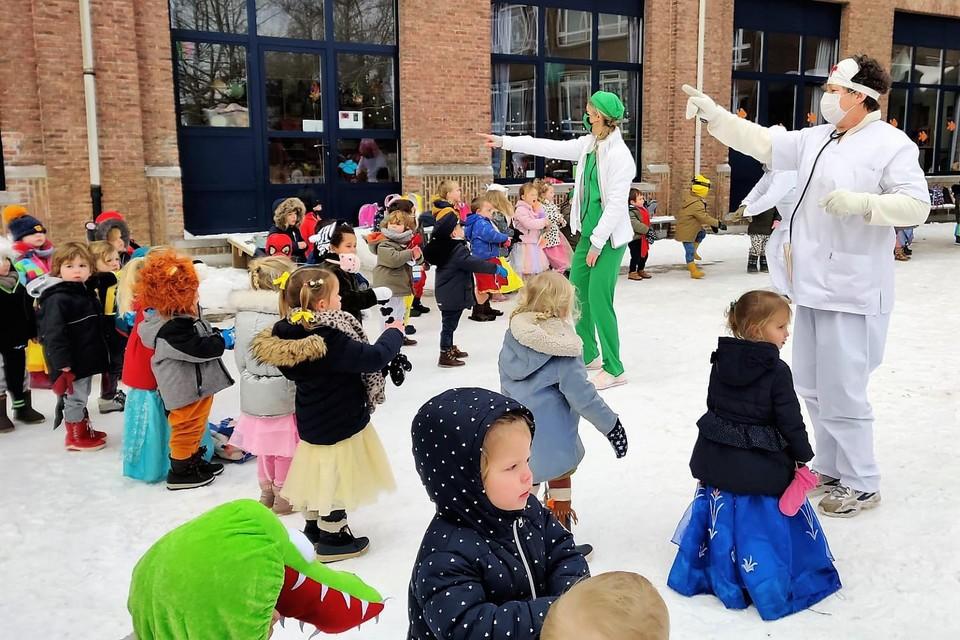 De kleuters van Wonderwijzer combineerden het vieren van carnaval met een ode aan het zorgpersoneel, overal te lande.