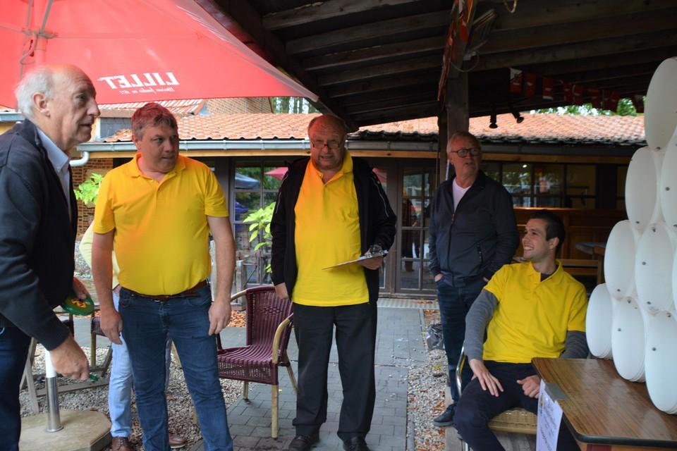 De Halse Volksvrienden (hier in het geel) bij hun vliegende schijf in De Stroopop, waar maandagmiddag de aftrap werd gegeven.