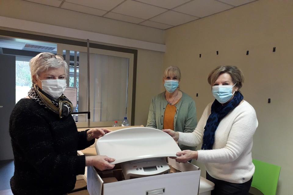 Vrijwilligers Rita Cox, Ann Brijs en May Van Gastel pakten vrijdag de inboedel van Kind&Gezin in.