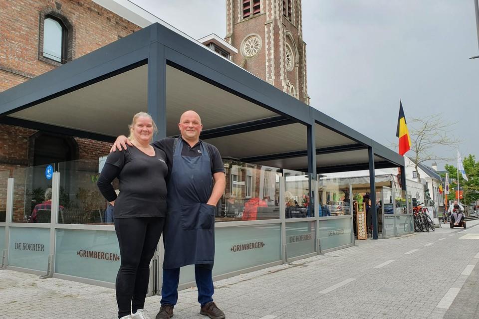 Cindy De Block en Peter De Rudder van de populaire brasserie De Koerier hebben hun terras laten overkappen om de mensen coronaproof te kunnen ontvangen.