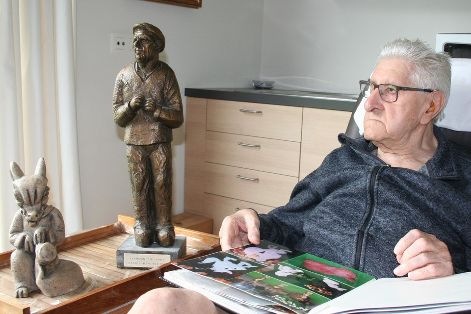 Beeldhouwer Albert, met naast hem een replica van 'Den Toeter' en één van zijn honderden Reynaertbeeldjes, blikt tevreden terug.