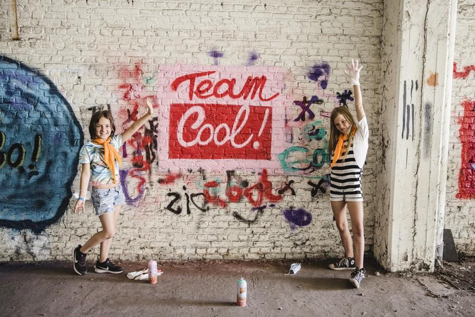 Laura en Colette, alias Team Cool, bij hun creatie.