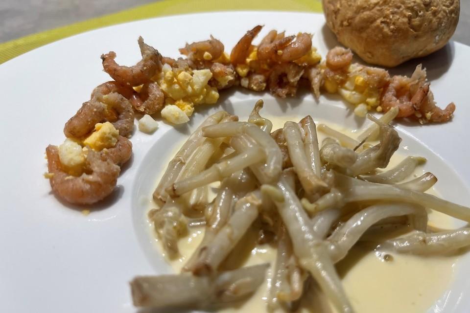 Hopscheuten in een roomsausje met witbier, garnaaltjes en ei.