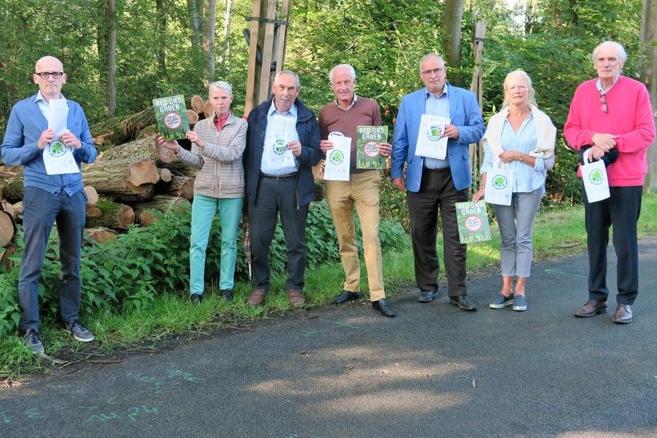 Een delegatie van actiecomité Den Aard - Red Ons Groen met centraal Raymond Groenen en raadsman Pascal Mallien en tweede van links Annemie Reijmen.