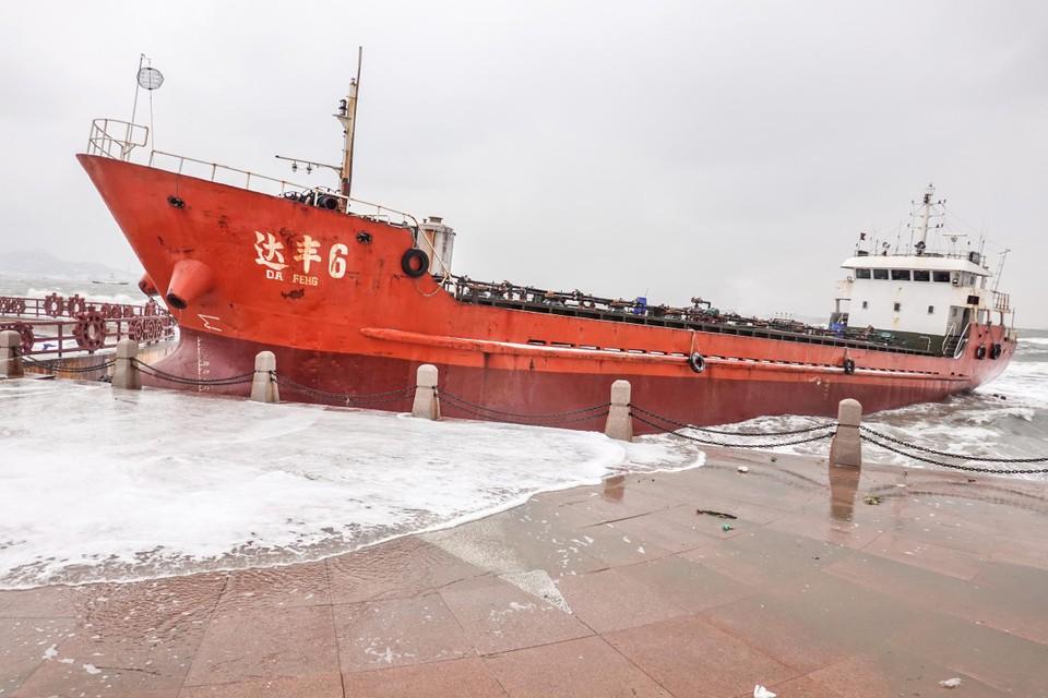 Het cargoschip DA FENG 6 brak los na een storm in het Chinese Yantai.