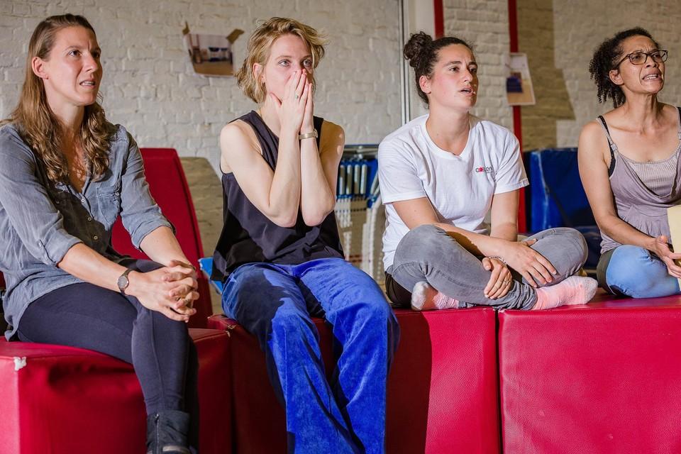 Jitske Van den Broeck (tweede van rechts) en mama Mireille Schepers (rechts) volgen in spanning de olympische teamfinale.