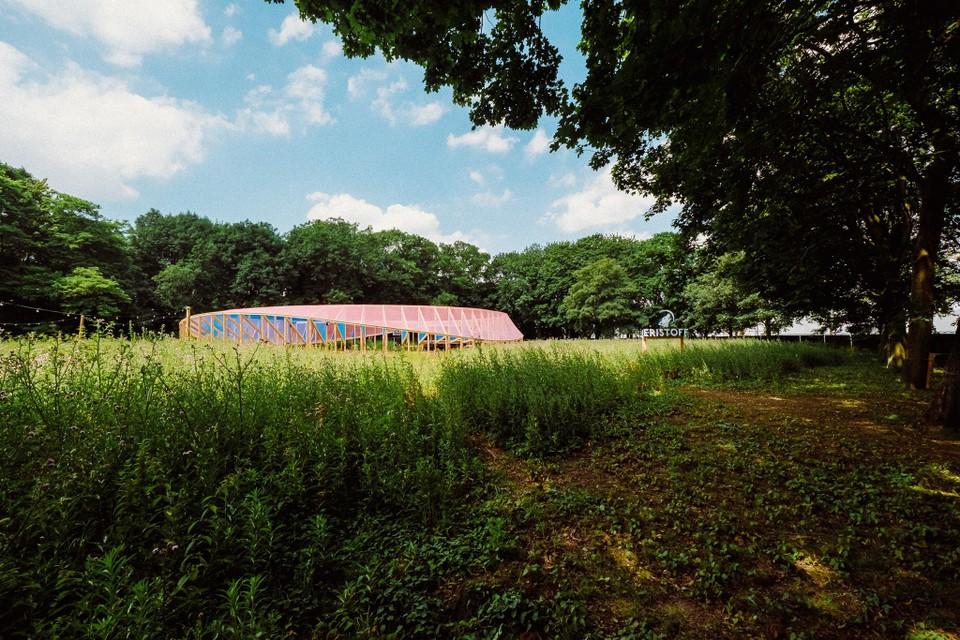 Een impressie die doet vermoeden dat het pop-upamfitheater in Wommelgem, middenin een maisveld, op zich al een attractie zal vormen.
